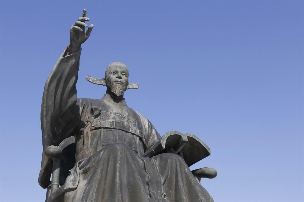 내산서원 입구에 세워져 있는 수은 강항의 동상. 강항은 정유재란 때 포로로 잡혀간 일본에서 적국의 움직임을 살펴 몰래 조정에 보고했다.