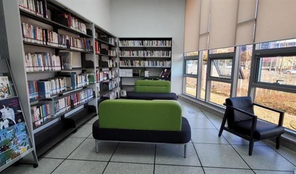 1층 도서실도 누구나 부담없이 들어갈 수 있다