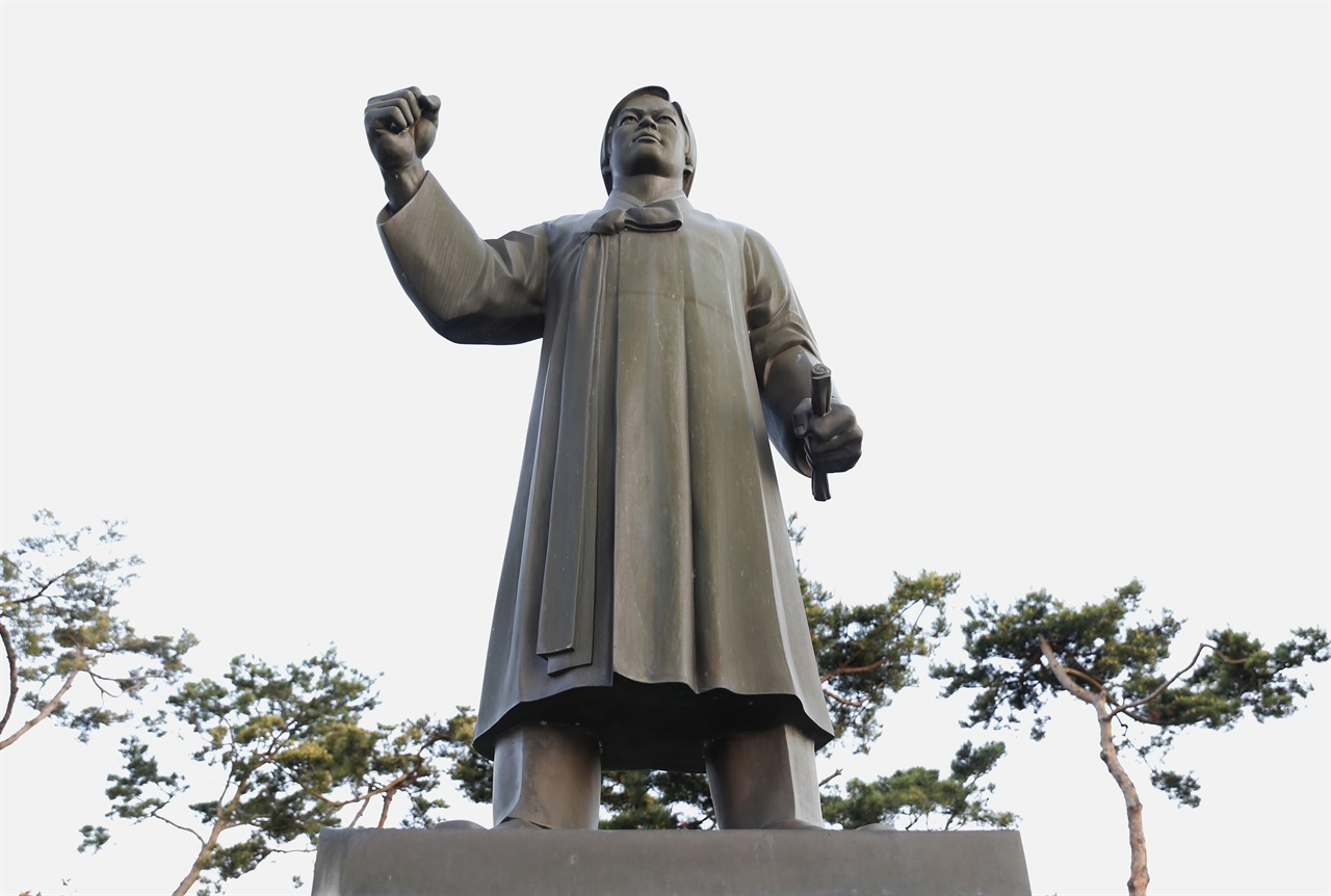 80년 5월 옛 전남도청 앞의 민족민주화대성회를 이끈 박관현 열사의 동상. 내산서원에서 불갑사로 가는 도로변에 세워져 있다.