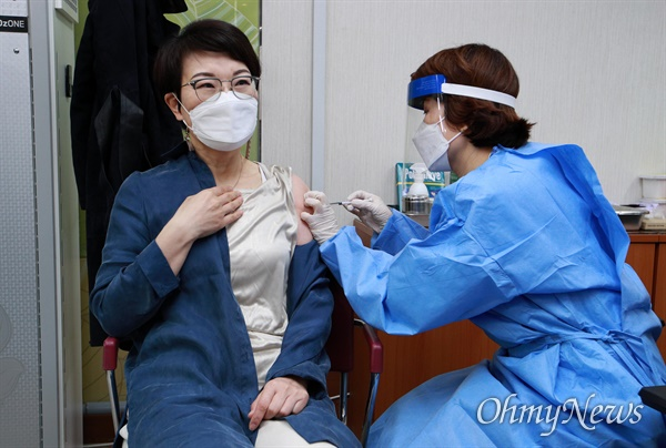 국내 코로나19 백신 접종이 시작된 26일 서울 도봉구보건소에서 의료진이 요양병원·요양시설 종사자들을 대상으로 아스트라제네카 백신 접종을 하고 있다.