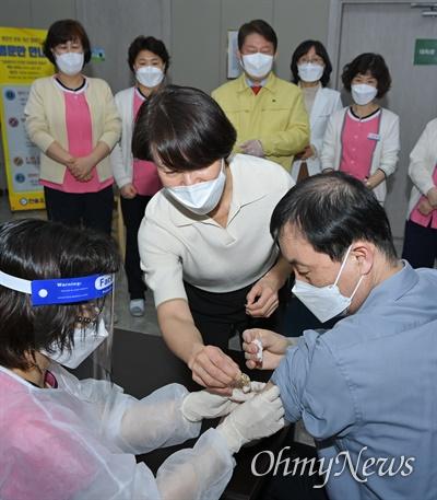 코로나19 대구 첫 접종자인 황순구(61)씨가 26일 오전 9시 북구 한솔요양병원에서 아스트라제네카 백신을 접종하고 있다.