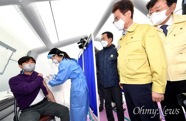 경북 안동의료원에서 26일 오전 9시 애명노인마을 이상국 사무국장이 코로나19 첫 접종자로 나서 아스트라제네카 백신은 접종하고 있다.