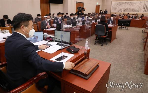26일 오전 국회 법제사법위원회 전체회의에서 윤호중 위원장이 법안상정을 하고 있다.