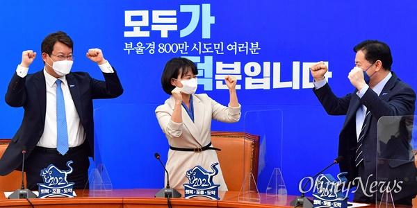 더불어민주당 김영춘(오른쪽부터), 박인영, 변성완 부산시장 예비후보가 26일 오후 국회 더불어민주당 당대표 회의실에서 가덕도신공항 특별법 본회의 통과를 TV를 통해 지켜보며 환호하고 있다.