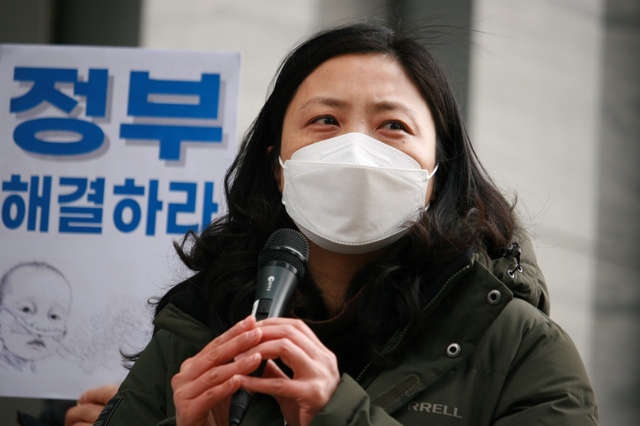 딸을 가지고 건강을 위해 옥시싹싹 제품을 사용한, 가습기살균제 피해자 김경영(49)씨는 차분하게 말을 이어갔다.