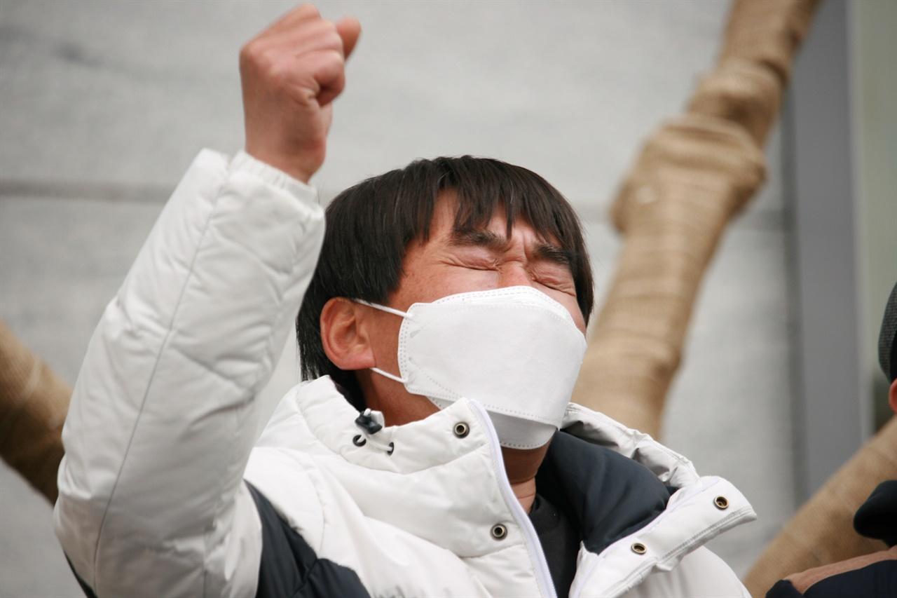 25일 가습기살균제 피해자 이요한씨가 여의도 옥시본사 앞에서 가해기업들의 책임과 정부의 적극적인 방안을 촉구하고 있다.