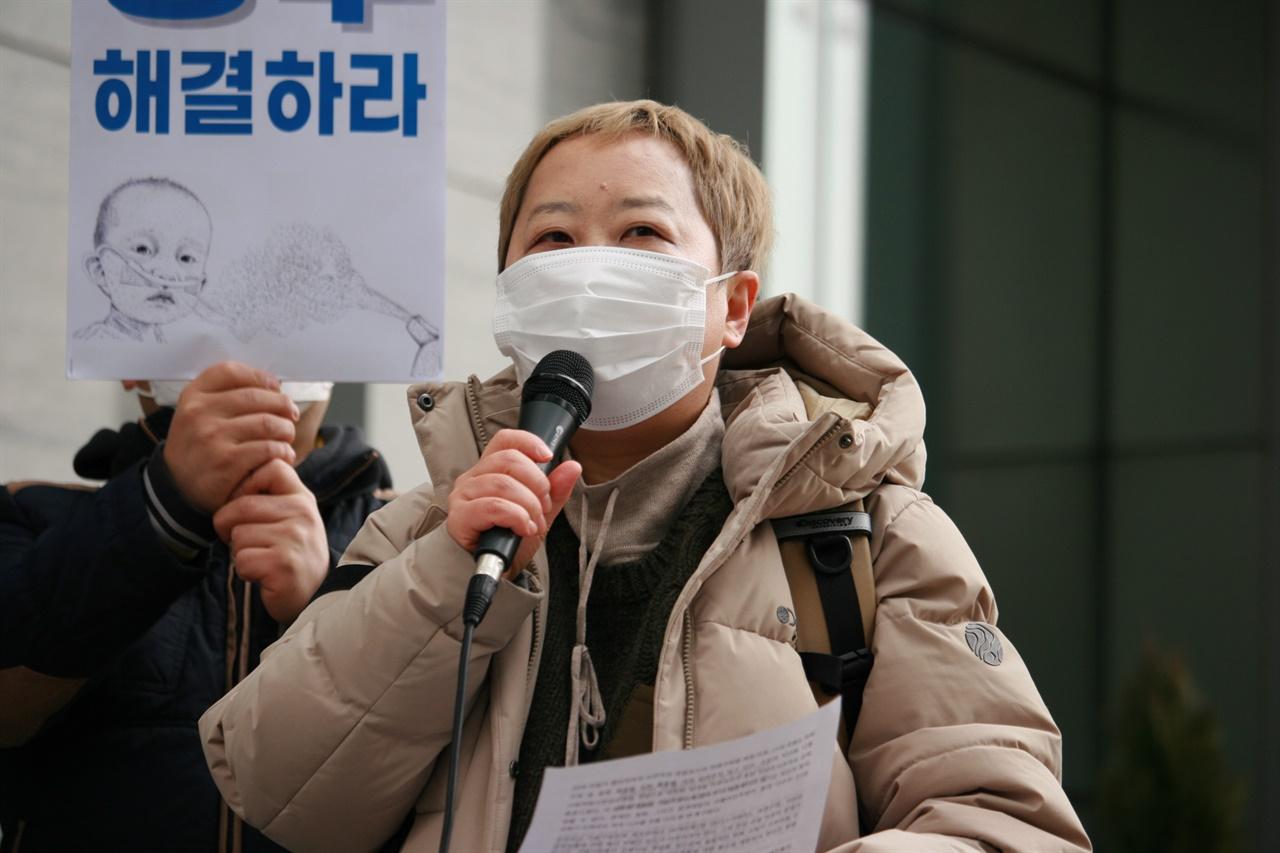 25일 가습기살균제 피해자 박수진씨가 여의도 옥시RB 본사 앞에서 가해기업의 책임을 촉구하고 있다.