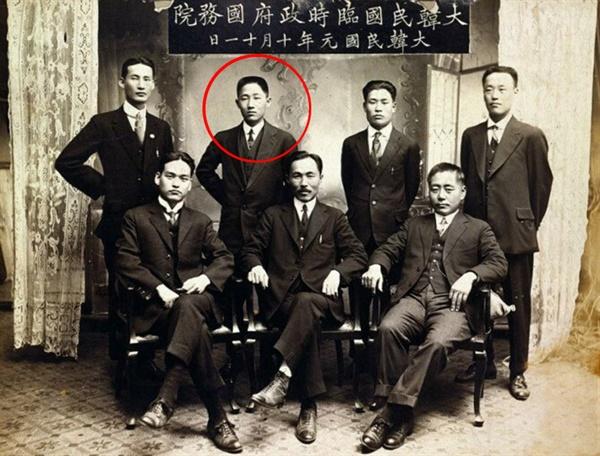 항일 독립운동가인 윤현진 선생의 모습. 1919년에 찍은 대한민국 임시정부 초대 국무원 기념 사진으로 뒤에서 왼쪽으로 두 번째가 윤현진 선생이다.