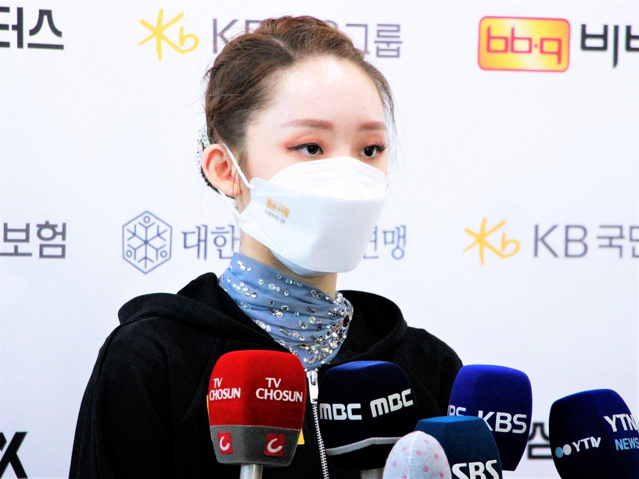 피겨스케이팅 김예림 선수가 26일 한국선수권에서 우승한 뒤 인터뷰에 응하고 있다.