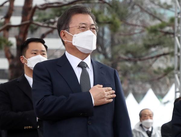 문재인 대통령이 1일 오전 서울 종로구 탑골공원에서 열린 제102주년 3ㆍ1절 기념식에서 국기에 경례하고 있다.