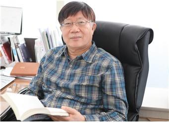 대하역사소설 <깃발>을 펴낸 언론인 출신 이계홍 작가