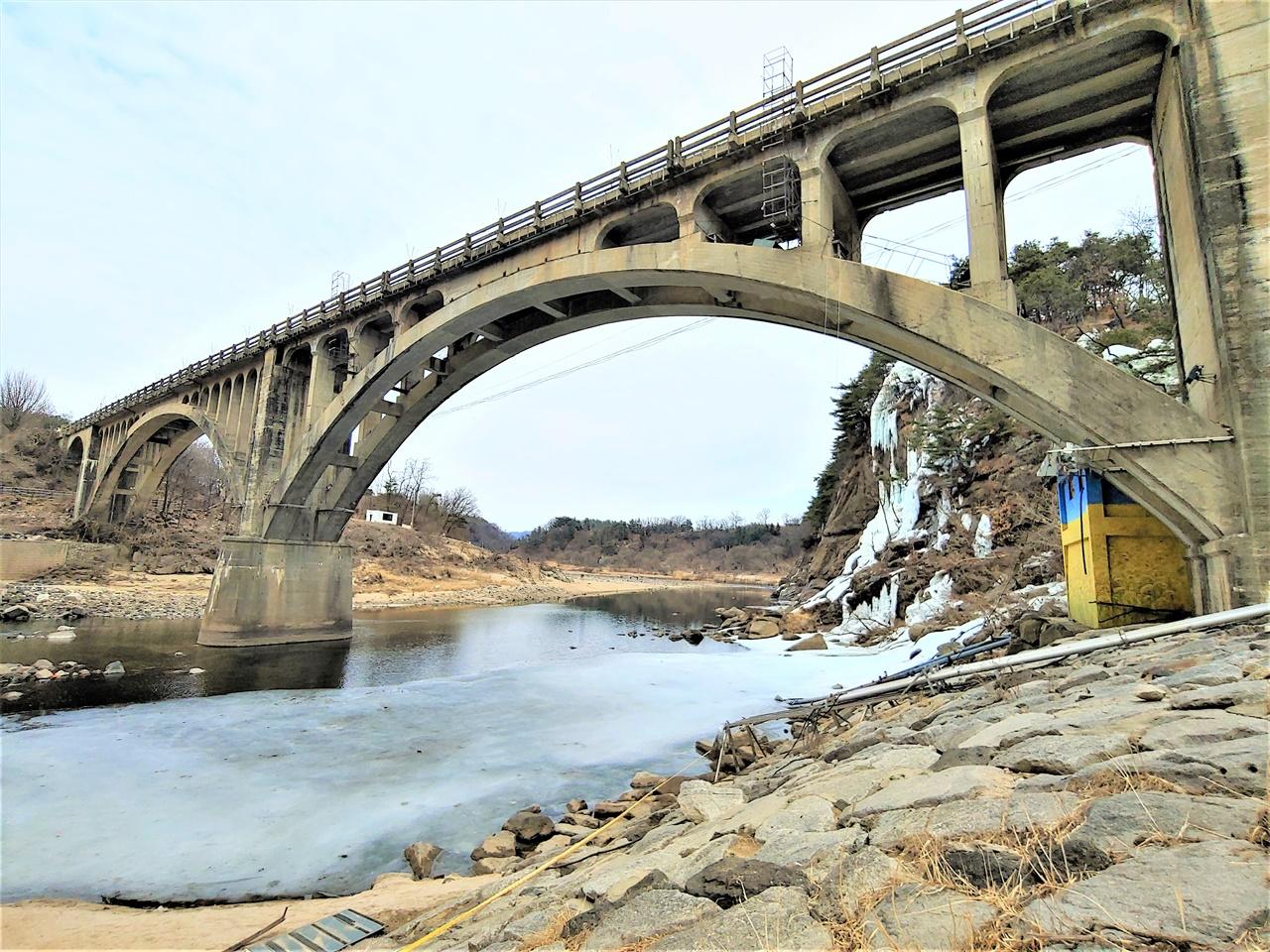 승일교 전경 다리 이름은 한국전쟁에서 전사한 박승일 장군에서 연유한다. 분단을 슬퍼하는 한탄강의 다른 뜻 처럼 다리도 강 이름을 닮았다.