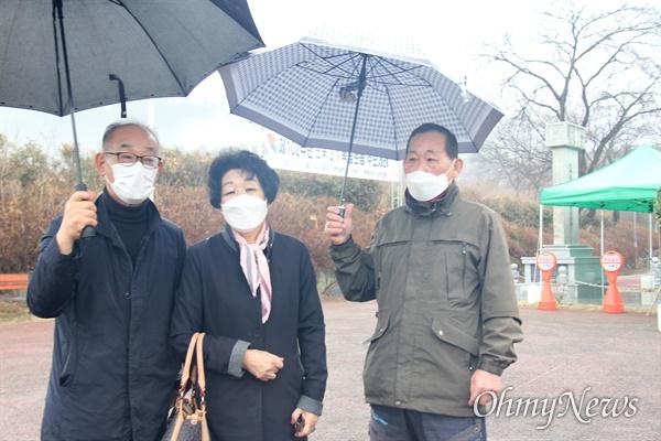 경남 의령군 부림면 신반공원에 있는 '기미삼일독립운동기념비' 앞에서 만난 김영만 열린사회희망연대 고문(왼쪽)과 고 박재선 선생의 며느리 정옥이(89) 여사.