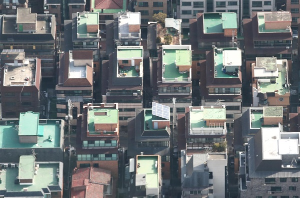 지난 1월 17일 서울부동산정보광장에 따르면 이달 서울의 다세대·연립주택 매매 건수는 15일까지 701건으로 같은 기간 아파트 거래(363건)의 2배를 넘어섰다. 집값이 좀처럼 안정되지 않고 전셋값도 고공행진을 계속하면서 아파트보다 저렴한 다세대·연립주택으로 눈을 돌린 주택 수요자들이 늘고 있는 것으로 보인다. 사진은 이날 서울 송파구의 다세대·연립주택 밀집촌의 모습.
