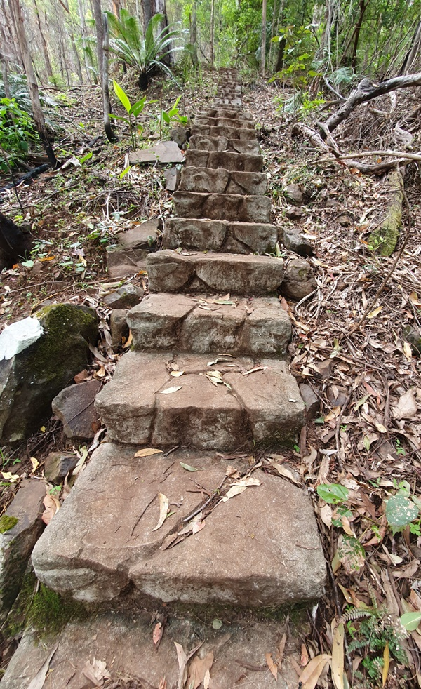 수많은 층계가 있는 등산로, 900개의 계단이 있다고 한다.