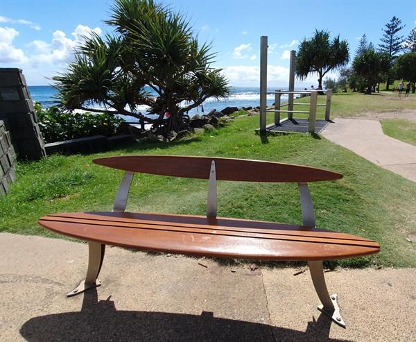 서핑하는 사람들이 많이 찾는 해변에는 의자도 서프보드 모양으로 만들어 비치하고 있다.