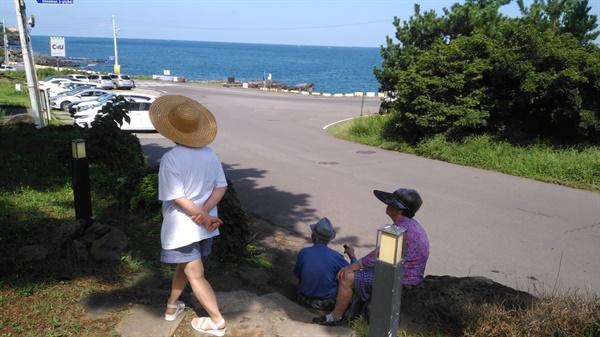 아버지의 마지막 바다 나들이 재작년 여름, 부모님과 함께 마을 바닷가를 다녀왔다. 부모님은 맑은 날씨와 고요한 바닷가를 매우 좋아하셨다. 이것이 아버지에게는 마지막 바다 나들이가 되었다.