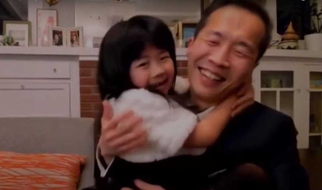 """외국영화상 수상 당시 정이삭 감독, 그의 딸이 """"내가 상 받을 수 있게 기도했다""""며 아빠를 꽉 껴안고 있다."""