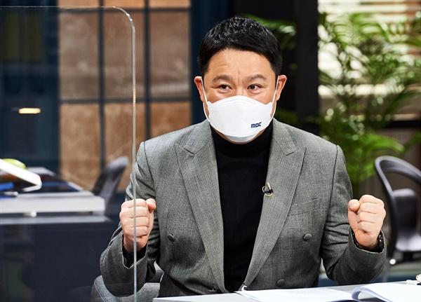 '아무튼 출근!' 김구라, 예능계 부장님 김구라 방송인이 2일 오후 사전녹화 뒤 공개된 MBC 새 예능프로그램 <아무튼 출근!> 온라인 제작발표회에서 질문에 답하고 있다. <아무튼 출근!>은 '직장인 브이로그(Video+Blog: 영상으로 쓰는 일기)' 형식을 예능 포맷에 적용, 요즘 사람들의 다양한 밥벌이와 리얼한 직장 생활을 엿보는 관찰 예능 프로그램으로 지난 여름 파일럿 방영 후 정규편성 됐다.  2일 화요일 밤 9시 20분 첫 방송.