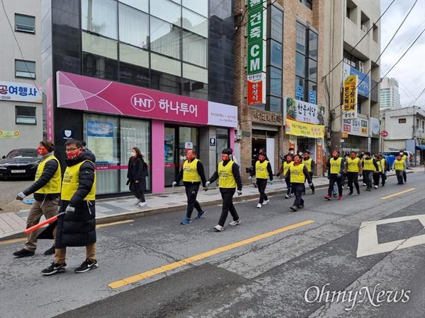 흑자 폐업으로 길거리로 쫓겨난 한국게이츠 노동자들과 대구시민대책위는 오는 16일까지 도보행진을 벌이며 대구시민들에게 위장폐업과 해고문제를 알리기로 했다.