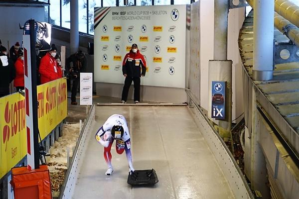 2020-2021 시즌 IBSF 쾨닉세 월드컵에 출전한 정승기 선수가 트랙을 활주하고 있다.