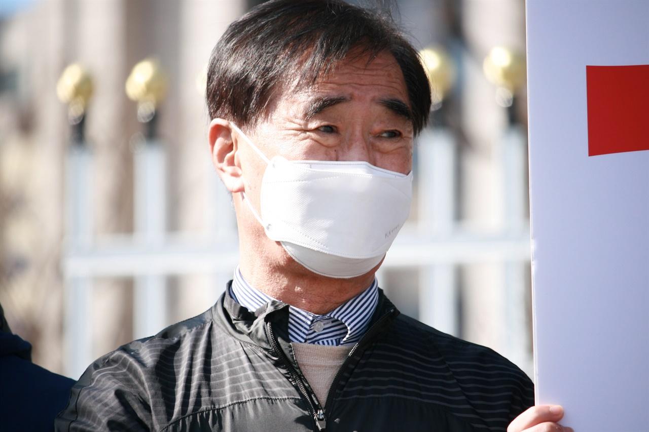 2일 서울시 중구에 위치한 정부 서울청사 앞에서, 가습기살균제 피해자들이 기자회견을 열었다. 이들은 참사의 진상규명에 소극적인 환경부를 비판했다.