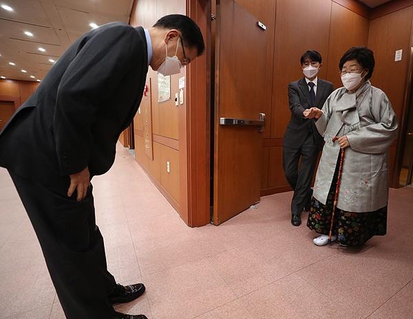 정의용 외교부 장관이 3일 서울시 종로구 외교부를 방문한 일본군 위안부 피해자인 이용수 할머니를 엘리베이터 앞에까지 나와 맞이하며 인사하고 있다.