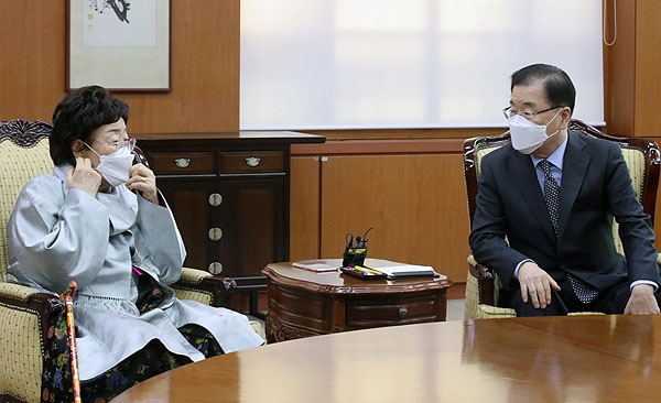 정의용 외교부 장관이 3일 서울 종로구 외교부 내 접견실에서 일본군 위안부 피해자인 이용수 할머니와 면담을 하고 있다.