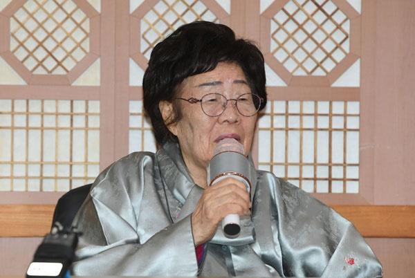 일본군 위안부 피해자인 이용수 할머니가 3일 서울 종로구 외교부에서 정의용 외교부 장관과 면담을 마친 뒤 취재진과 기자간담회를 갖고 있다.