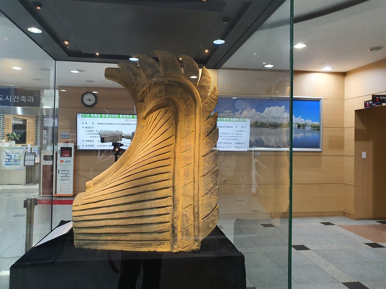 부소산 절터에서 발견된 치미  부여군 현관에 전시된 치미. 꼬리의 깃털이 섬세하고 역동적이다.  3D 기술이라해도 믿을 정도로 하이테크하다.