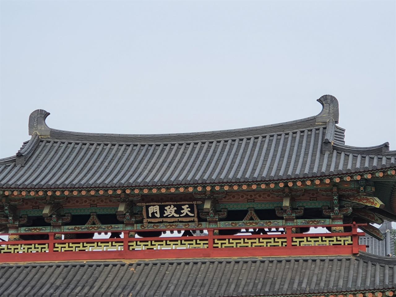 백제 역사 재현 단지는 치미의 왕국 백제역사를 한 눈에 볼수 있는 재현 단지에는 치미의 세계가 펼쳐져 있다
