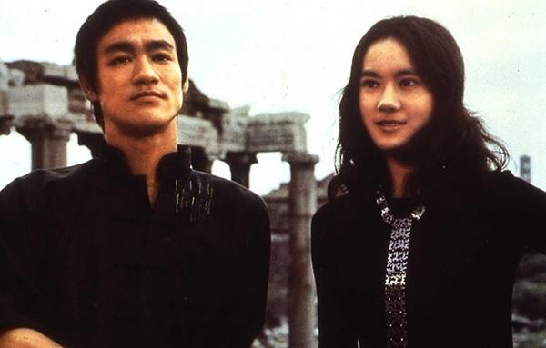 묘가수(오른쪽)은 <당산대형>,<정무문>,<맹룡과강>까지 이소룡과 세 작품을 함께 하며 좋은 연기호흡을 보였다.