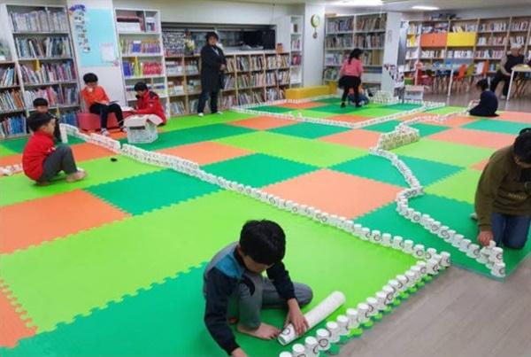 아이들이 아파트 도서관에 자유롭게 드나들고 있다