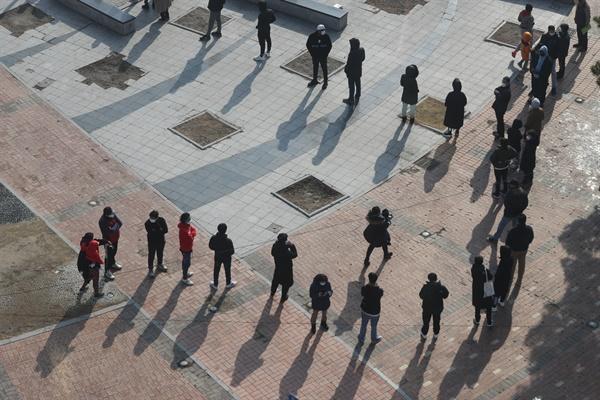 3일 경기도 동두천시 중앙도심공원 임시선별검사소에서 시민들이 코로나19 검사를 위해 줄지어 기다리고 있다.