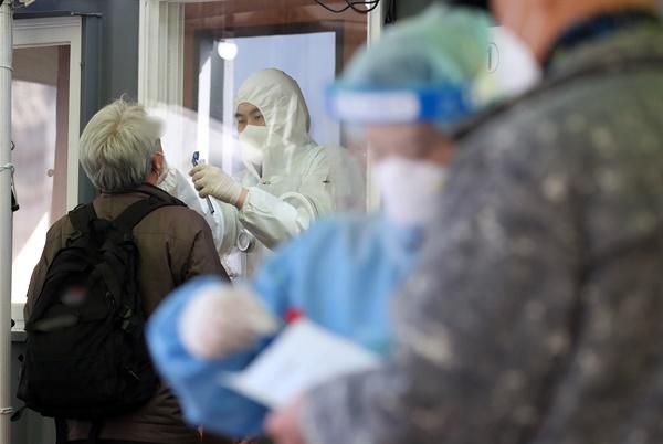 코로나19 신규 확진자 수가 나흘 만에 다시 400명대로 올라선 3일 서울 중구 서울역 코로나19 임시 선별검사소에서 시민들이 검사를 받고 있다.