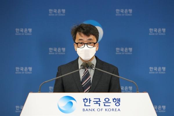 4일 신승철 한국은행 국민계정부장이 '2020년 4/4분기 및 연간 국민소득(잠정)'을 발표하고 있는 모습.