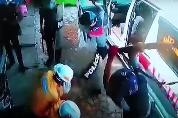 미얀마 경찰들이 지난 3월 오전 미얀마 양곤의 며웃끌라빠(North Okkalapa Township)에서 구급 자원봉사자들을 무자비하게 집단 폭행하는 모습이다.