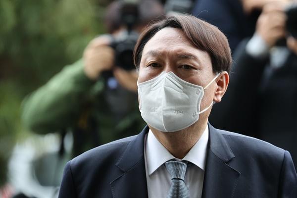 윤석열 검찰총장이 4일 오후 서울 서초구 대검찰청 앞에서 사퇴 의사를 밝히고 있다.