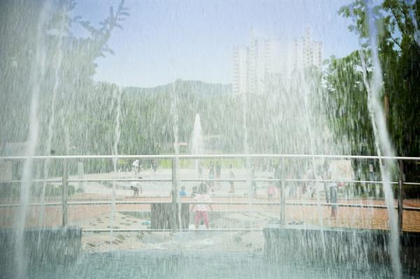 보라매공원 중앙바닥분수. 아이들이 분수대에서 물놀이를 하고 있다.