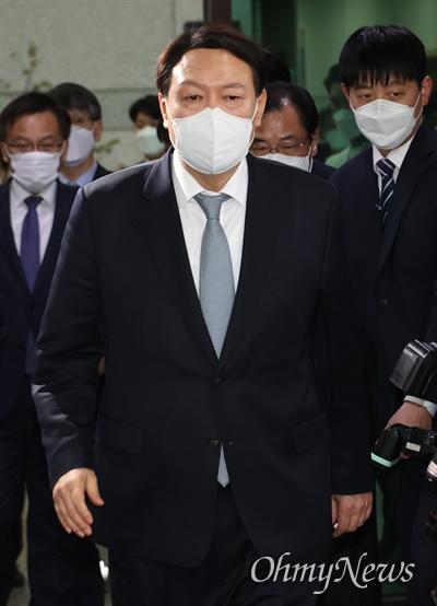 사의를 표명한 윤석열 검찰총장이 4일 오후 서울 서초구 대검찰청 청사를 나서고 있다.