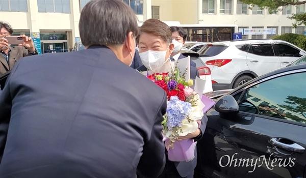 권영진 대구시장이 지난 3일 오후 대구고검·지검을 찾은 윤석열 총장에게 꽃다발을 전달하고 있다.