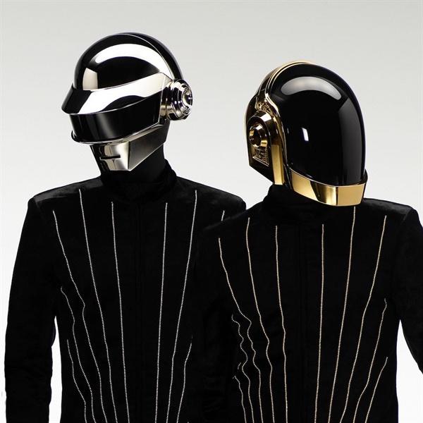 다프트 펑크를 상징하는 헬멧. 다프트 펑크는 항상 헬멧을 착용하며 대중에게 신비감을 안겼고 상징적인 그들의 캐릭터를 확립했다.