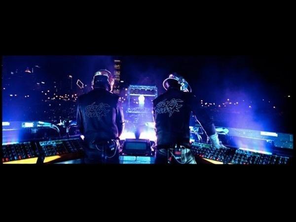 다프트 펑크의 '얼라이브 2007' 공연은 거대한 무대와 화려한 쇼, 리믹스 음원 등으로 21세기 일렉트로닉 무대에 한 획을 그은 공연으로 평가받는다.