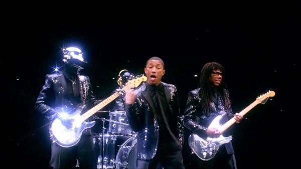 다프트 펑크는 2013년 발표한 네번째 정규 앨범 '랜덤 액세스 메모리즈'로 1970년대 디스코 음악을 다시 전면에 가져와 고전의 부활을 알렸다. 히트곡 '겟 러키'의 뮤직비디오 캡쳐.