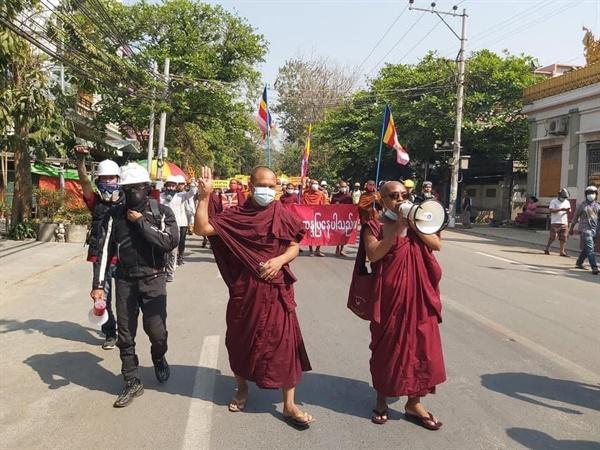 미얀마 승려들의 민주화 시위.