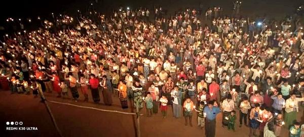 5일 저녁 미얀마 몽유와 지역에서 열린 촛불시위.