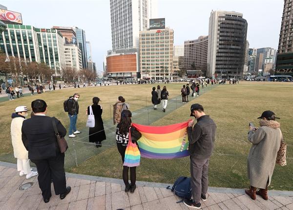 변희수 하사를 기억하며 6일 오후 서울광장에서 열린 故 변희수 하사를 함께 기억하는 추모행동에서 참가자들이 고인을 기리며 추모하고 있다. 2021.3.6