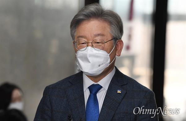 이재명 경기도지사가 9일 서울 여의도 국회에서 열린 더불어민주당 비공개 당무위원회에 참석한 뒤 기자들 질문에 답변하고 있다.