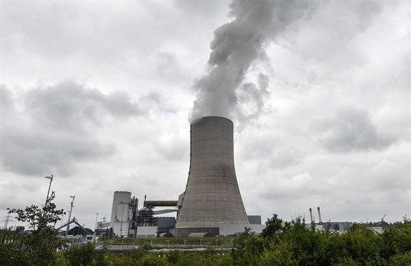 퇴출 위기 직면한 독일 석탄화력 발전소 독일 에너지 기업 우니퍼가 한 달 전부터 가동을 시작한 다텔른 4호 석탄화력발전소가 지난 3일(현지시간) 증기를 내뿜고 있다. 독일 연방의회는 석탄화력발전을 오는 2038년까지 단계적으로 폐지하는 법안을 이날 통과시켰다.