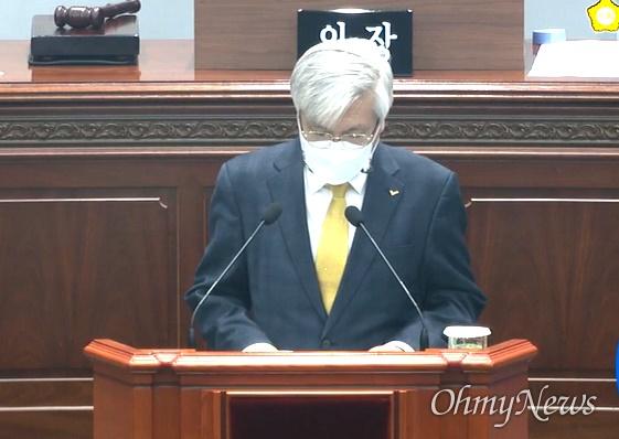 정의당 노창섭 창원시의회 부의장이 9일 오후 열린 임시회 본회의에서 사과 발언하고 있다.